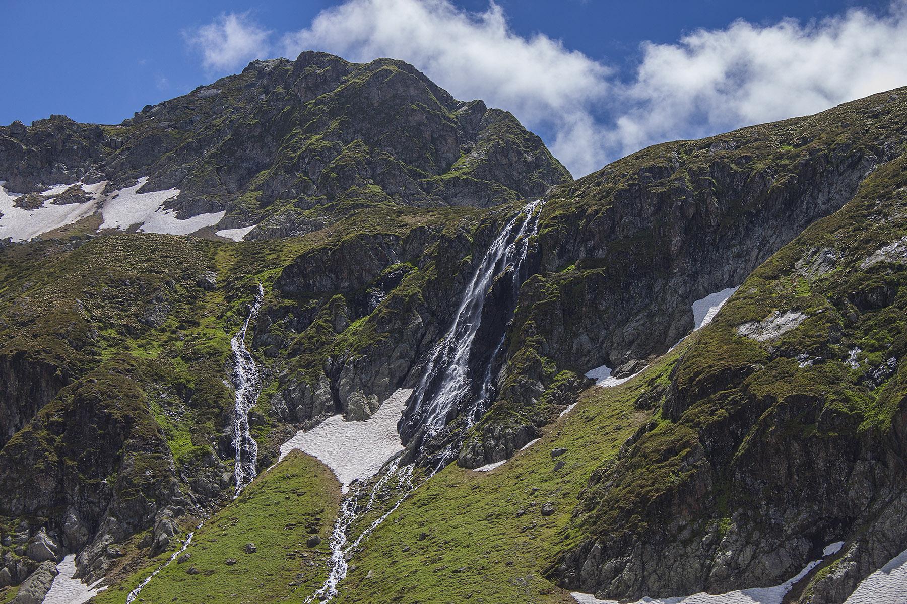 vodopad-iz-ozera-zagedan