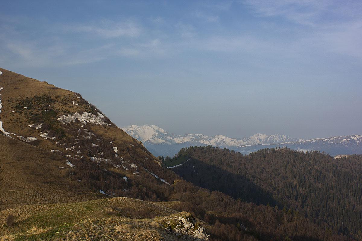 За горой Малый Тхач виднеется Тыбга