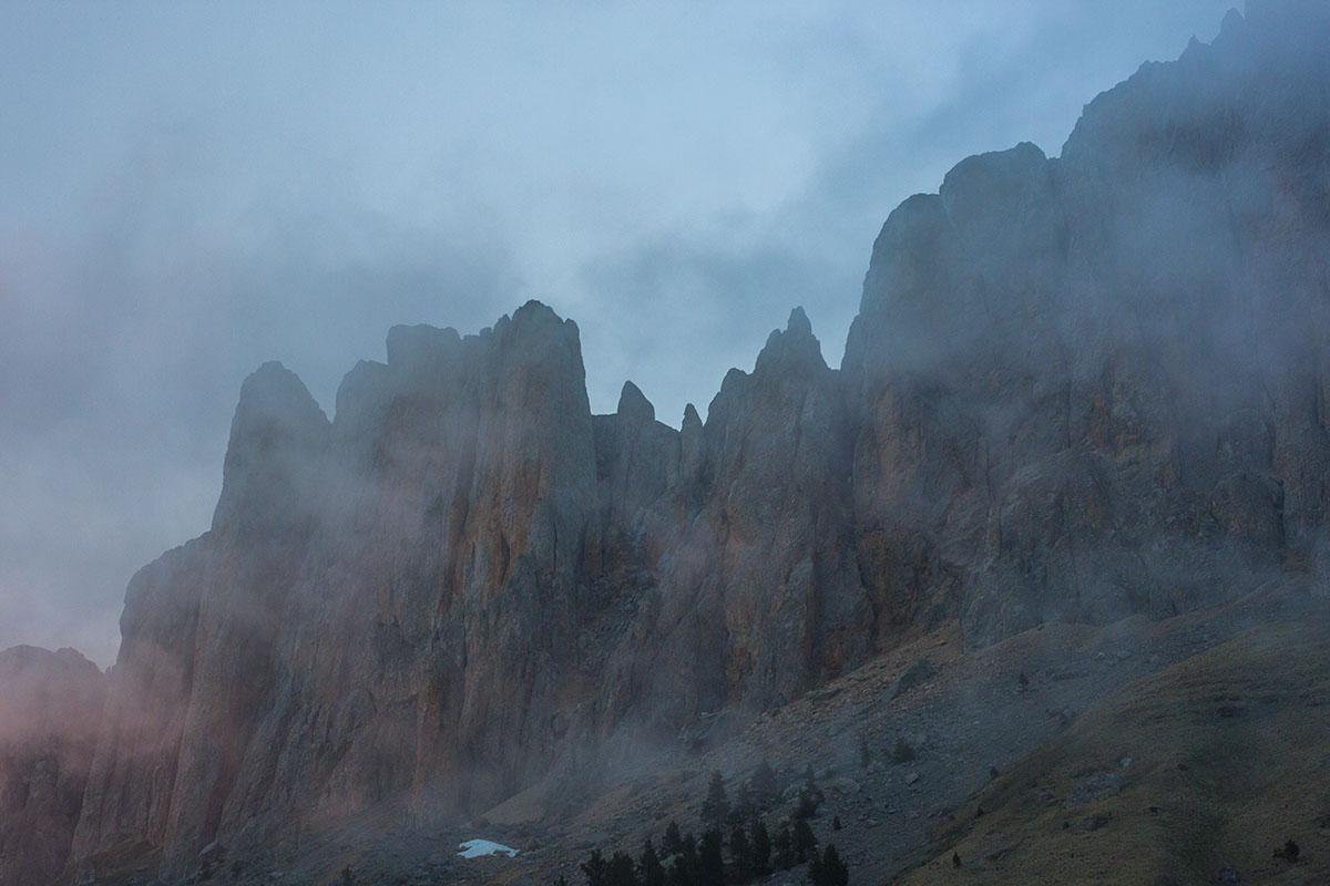 Невероятно красивы скалы горы Большой Тхач в Тумане.