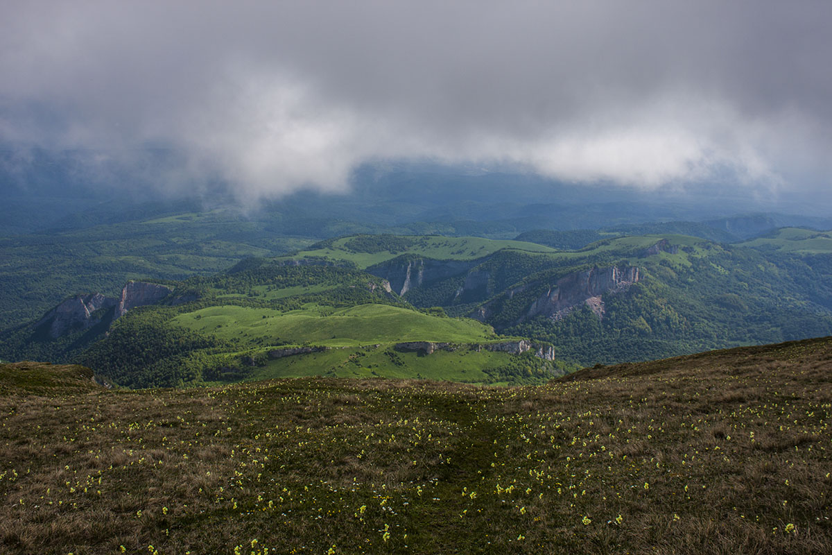 вершина горы Большой Тхач тучи