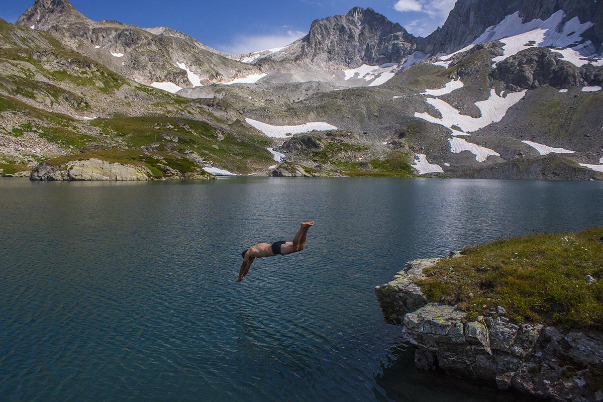 купаясь в озере Безмолвия