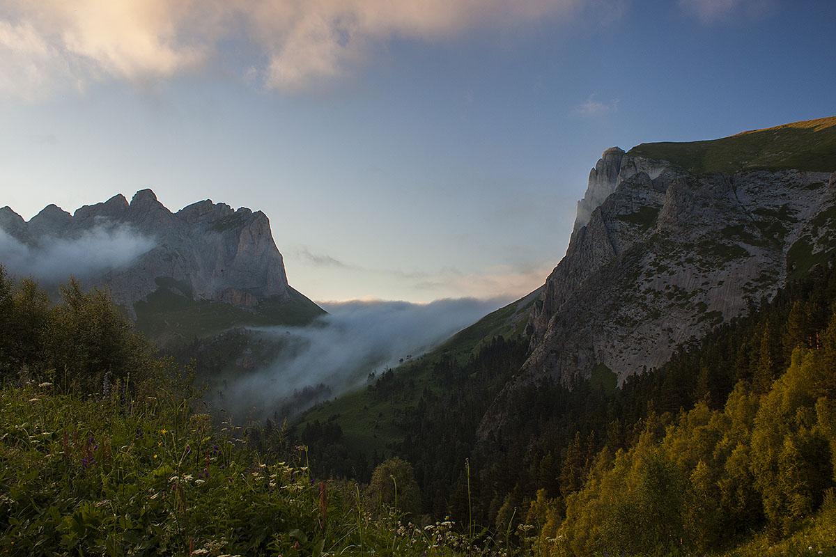 облака плывущие через перевал Чертовы ворота
