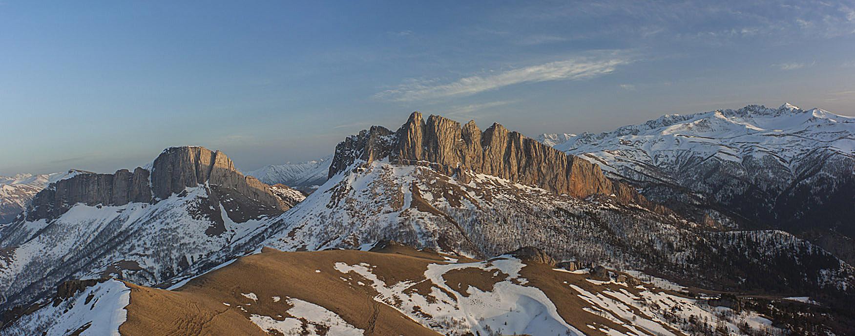 Вид с горы Асбестная на перевал Чертовы Ворота.