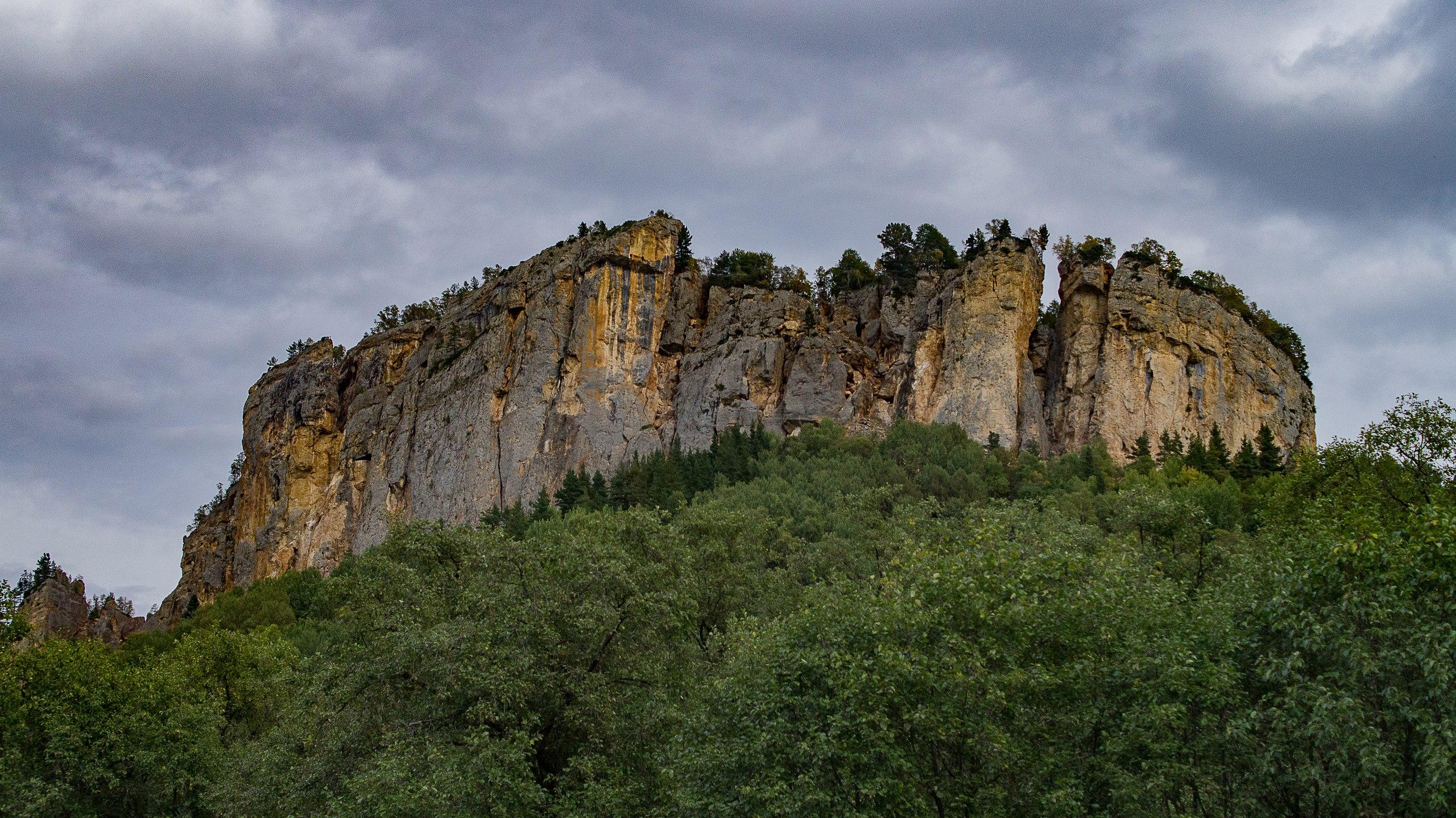 Скала Крепость на пути к горе Большой Тхач.