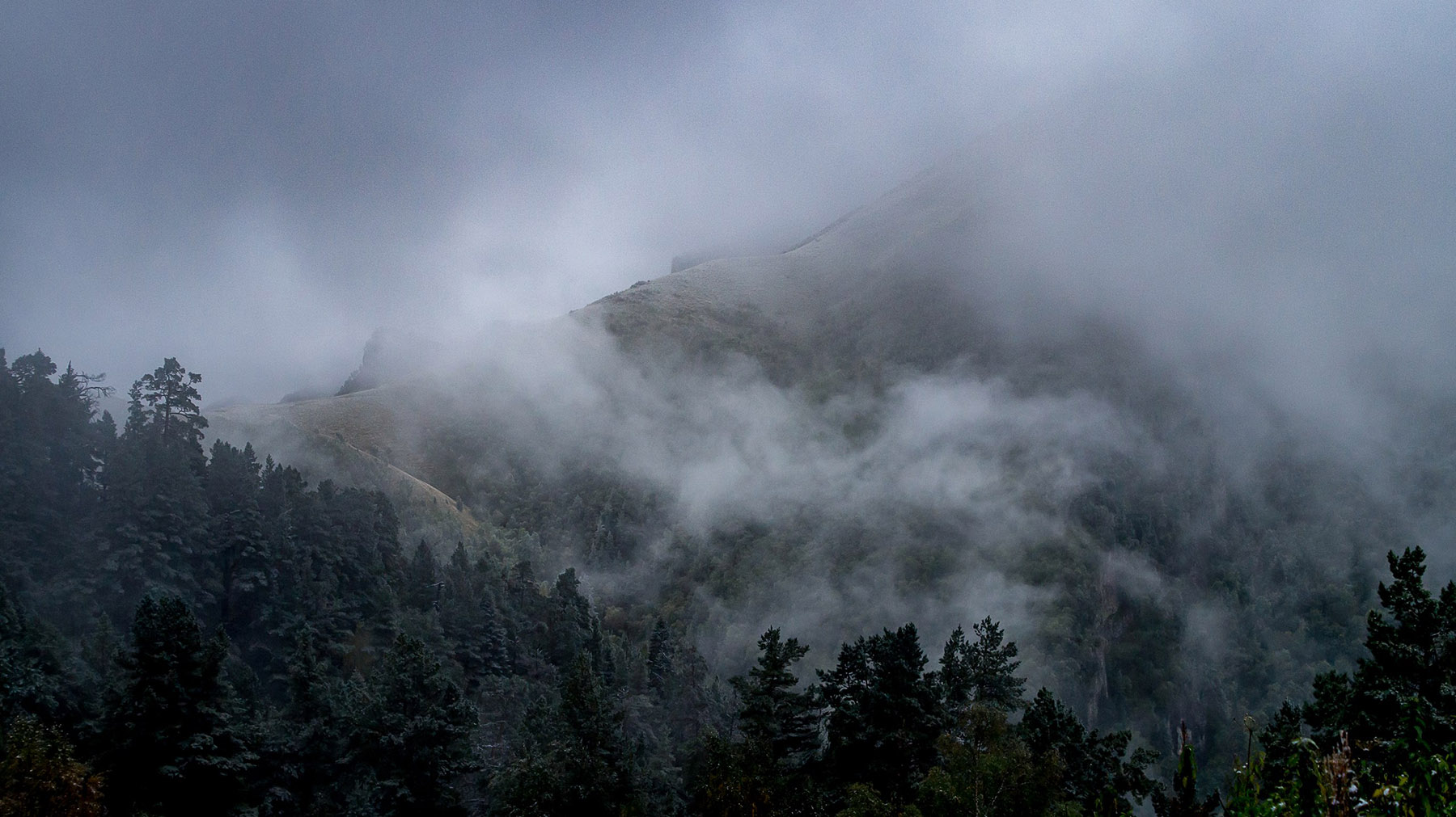 Туман на склонах горы Малый Тхач.