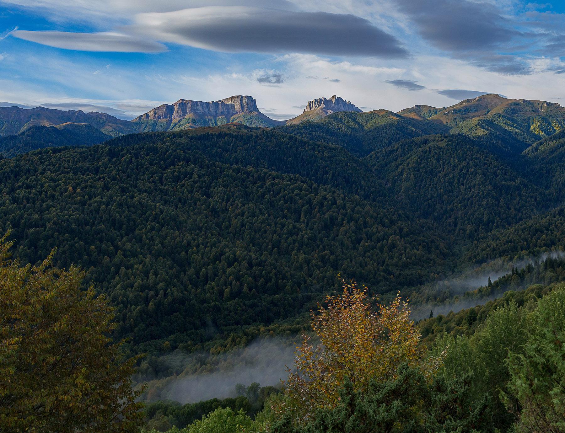 Вид с Бароновых полян на перевал Чертовы ворота на рассвете.