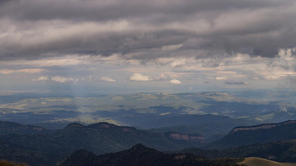 Вид на бескрайнюю равнину с вершины горы Восточный Ачешбок.